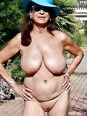 Fantastic older MILF getting pleasured on cam