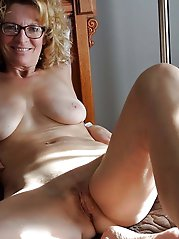 Shocking mature businesswoman posing fully nude on photo