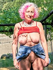 Seductive aged momma posing fully naked on pictures